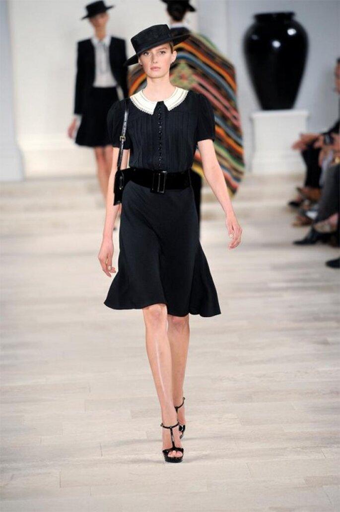 Vestido de fiesta corto en color negro con detalle en la cintura y cuello cerrado en tono blanco - Foto Ralph Lauren