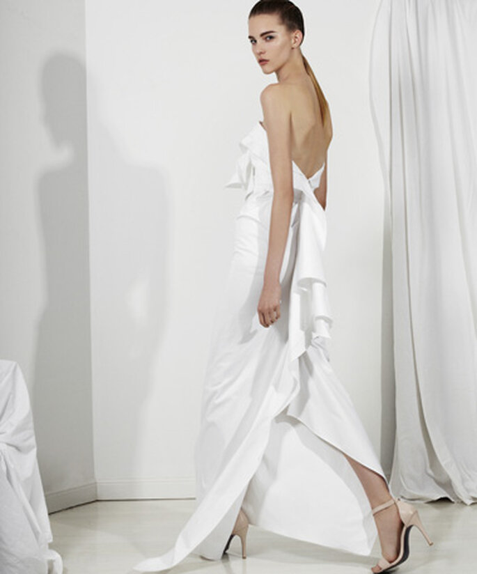 Vestido de novia largo con escote asimétrico en la espalda y volados