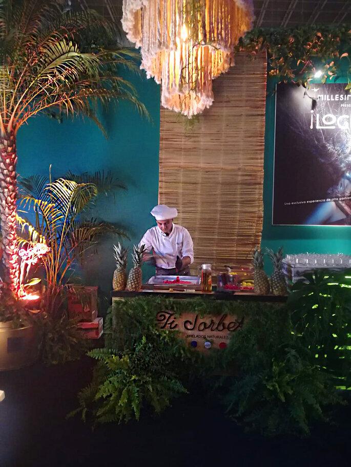 Le Chef prépare des glaces naturelles derrière son stand.