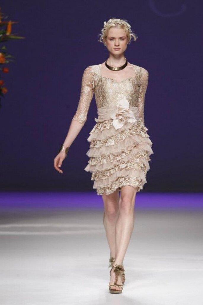 Vestido de novia corto con tocado y detalle de flor a la cintura - Foto Carla Ruiz Facebook