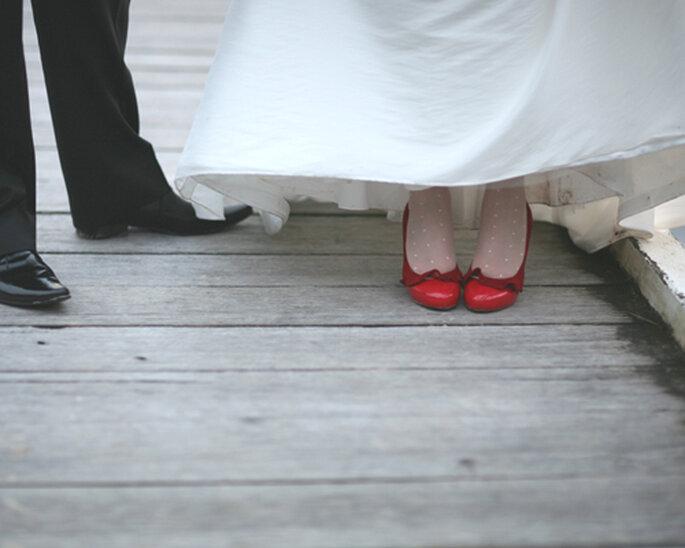 Sous la robe de mariée blanche classique, les chaussures s'encanaillent... Copyright : Wedding Secret