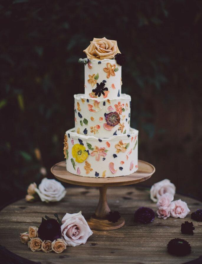 Hochzeitstorte mit Wildblumen