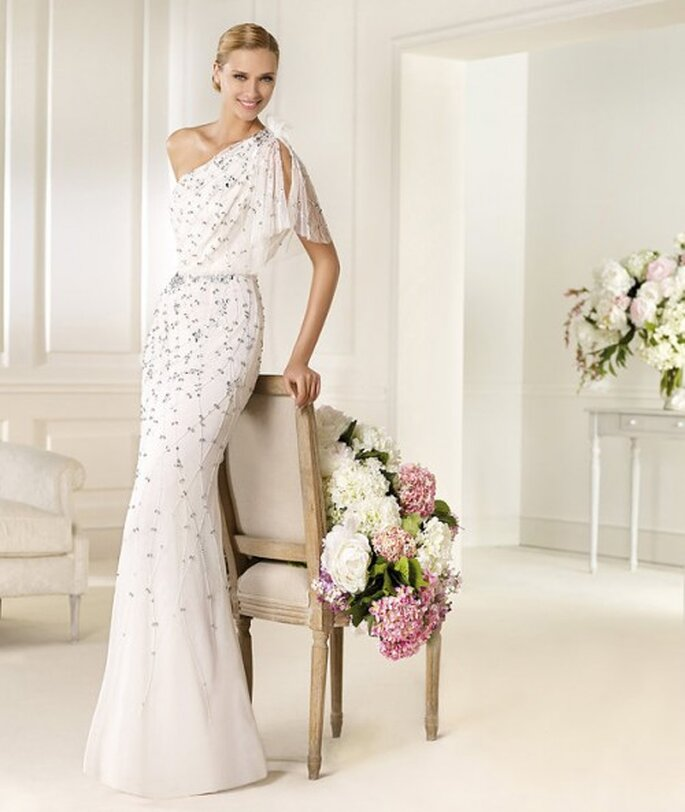Vestido de novia entallado lleno de pedreria - Foto Pronovias 2013