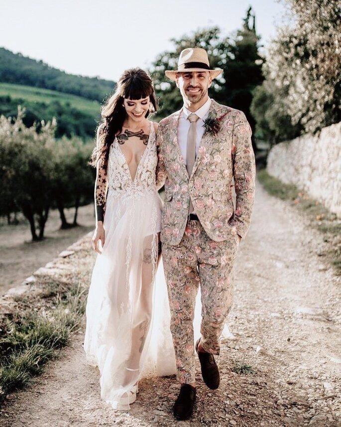 Un couple de mariés heureux photographié dans un écrin de nature