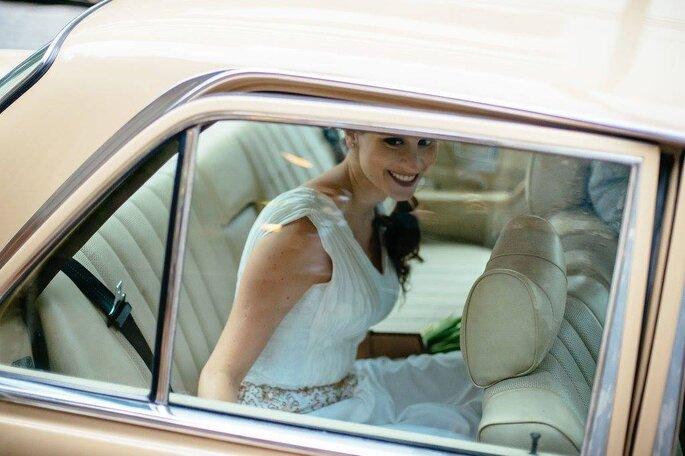 Noiva em carro antigo