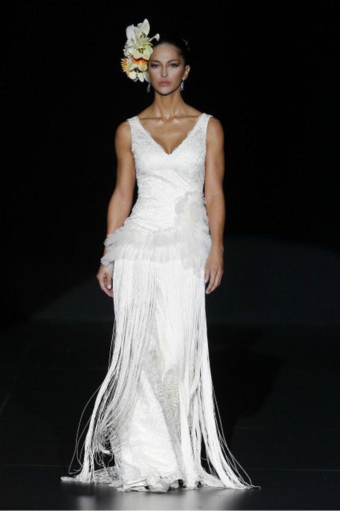 Vestido de novia Ana Torres 2012 con aplicaciones de flecos - Ugo Camera / Ifema