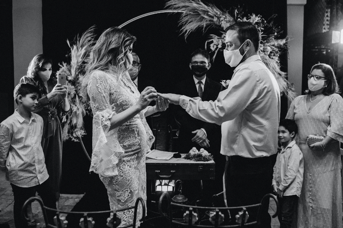 Hochzeitspaar bei Traung mit Maske