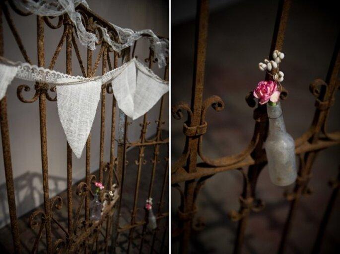 Decoración de boda al estilo rústico con botellas avejentadas - Foto Amber French Photography