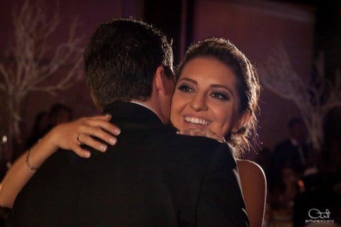 Captura los momentos más especiales durante la partida del pastel en tu boda - Foto Arturo Ayala