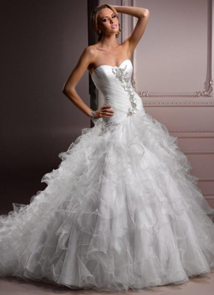Come una moderna principessa con questo abito dalla gonna voluminosa in chiffon. Maggie Sottero Collezione 2012