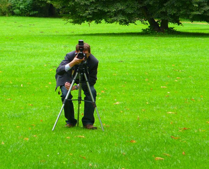 Die Rolle des Fotografen bei der Hochzeit. Foto: Karl-Heinz Laube / pixelio.de