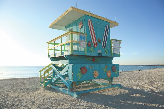 Cabane bleu de sauveteurs sur une plage à miami, en face de la mer