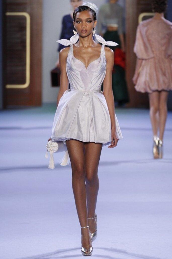 Vestido de novia corto con tirantes y falda de corte A - Foto Ulyana Sergeenko