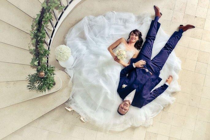 Réno Violo - Artisan de l'Image - Photographe - à Paris - Deux mariés couchés en sens inverse près d'un escalier