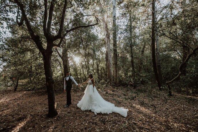 Coppia di neo sposi nel bosco