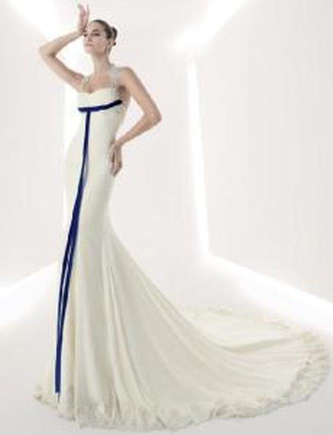 Franc Sarabia 2010 - Vestido largo en sedas, corte sirena, escote halter, detalle de tirantes bordados y lazado azul