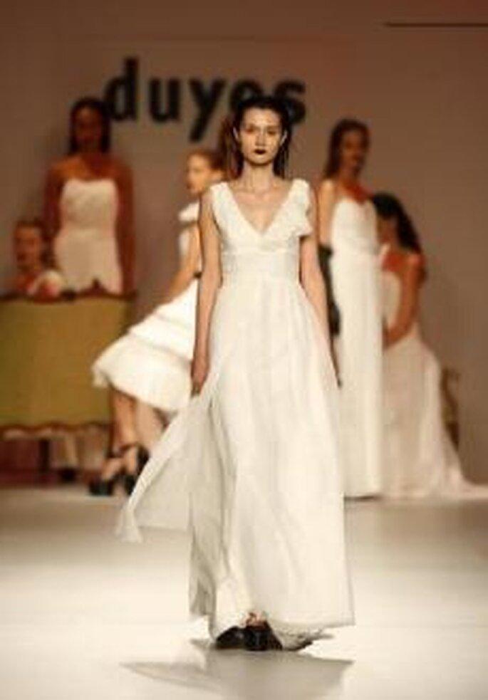 Duyos 2010 - Vestido largo en seda, talle alto, escote en pico
