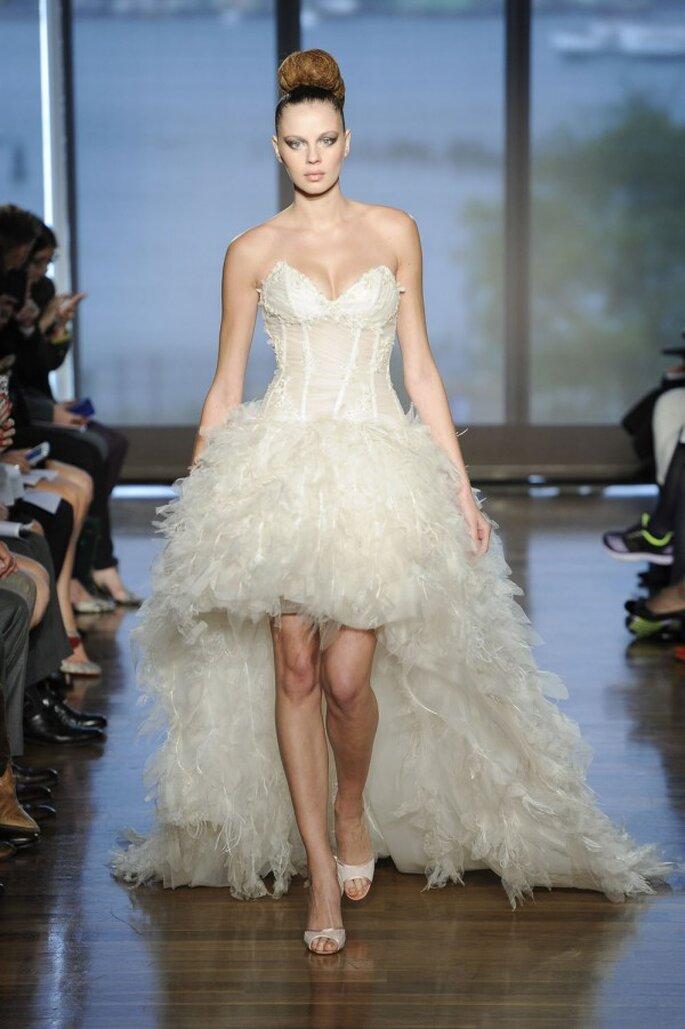 Vestido de novia con falda high low en color ivory con textura de flequillos y escote profundo corazón - Foto Ines di Santo