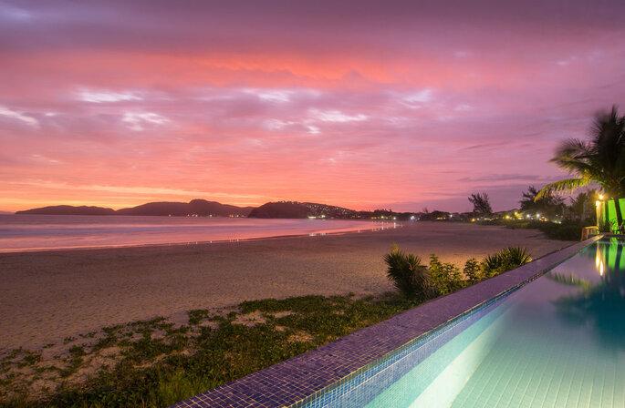Borda infinita da piscina do Chez Pitu Praia Hotel