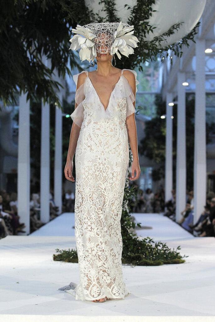 Une robe de mariée toute en dentelle avec un décolleté plongeant bordé de tulle