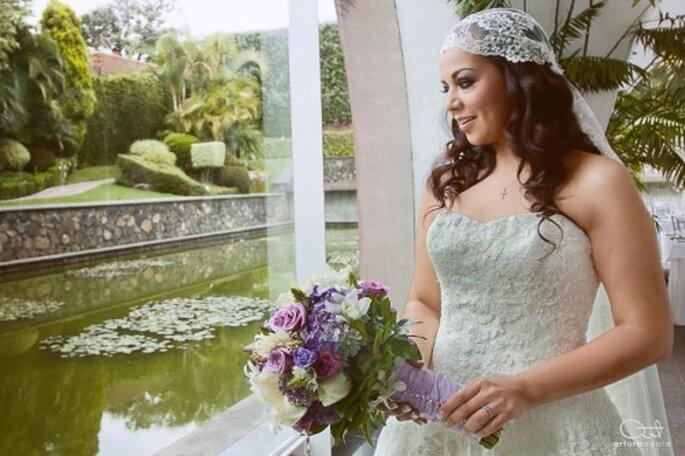 Yedid con un velo de encaje y ramo con flores en tonos lila - Foto Arturo Ayala