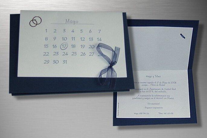 Original invitacion que combina un soporte azul con el papel en blanco