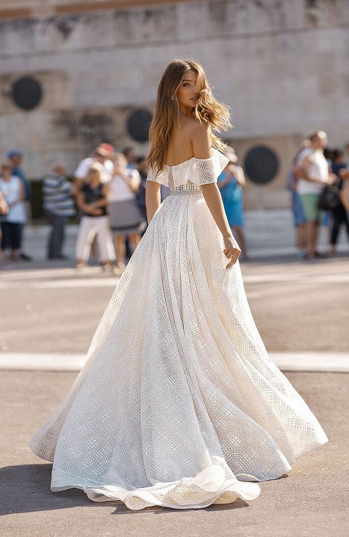 aafdb11fe Modelo original da coleção Athens de Berta Bridal que inspirou o vestido de  noiva de Meghan Train