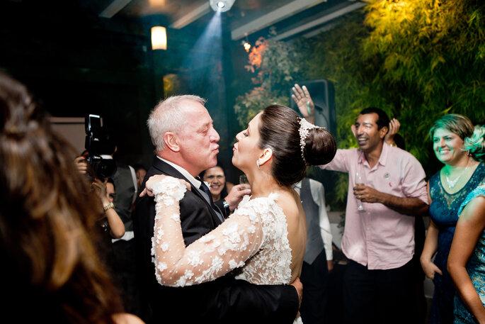 pai da noiva brinca com a filha em festa