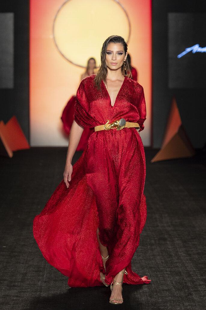 Vestido de fiesta rojo en satín con cintura ajustada por cinturón en contraste