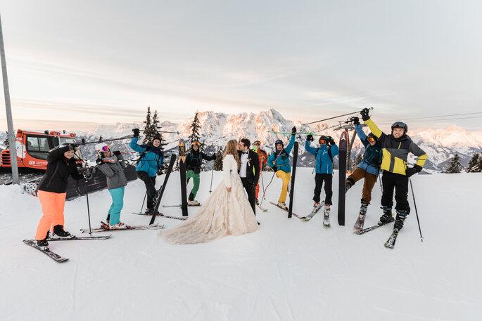Hochzeitsfotos. Brautpaar mit Skifahrern