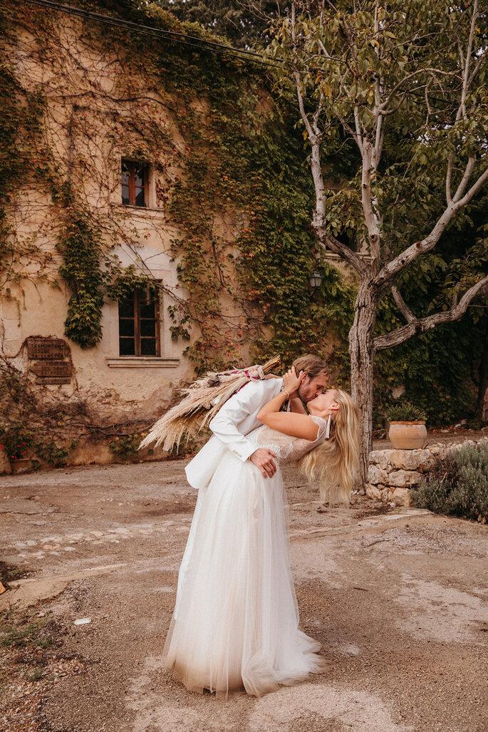 Novios besándose en boda moderna