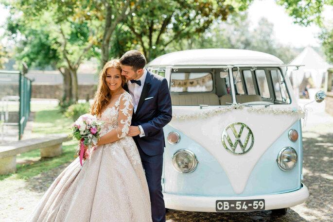 Noivos numa carrinha VW Pão de Forma