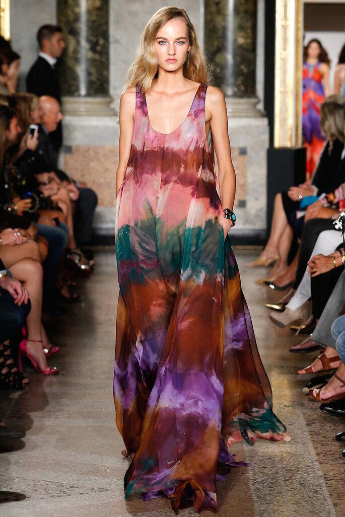 Vestidos de fiesta con estampados coloridos inspirados en los años 70 - Emilio Pucci Facebook Oficial