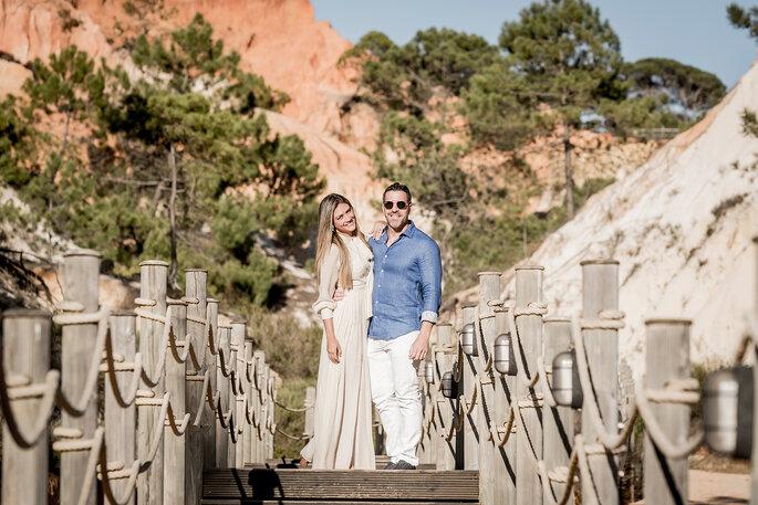 Fotografia de casal num cenário de praia