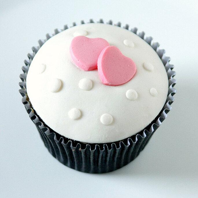 Cupcake con dulces en forma de corazon