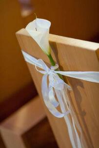 Beispiel: Blumen für die Kirchenbank, Foto: Tina Bergmann Blumenwerkstatt.