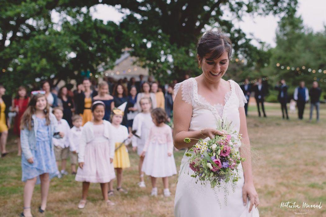 Un instant avant de lancer son bouquet de mariée