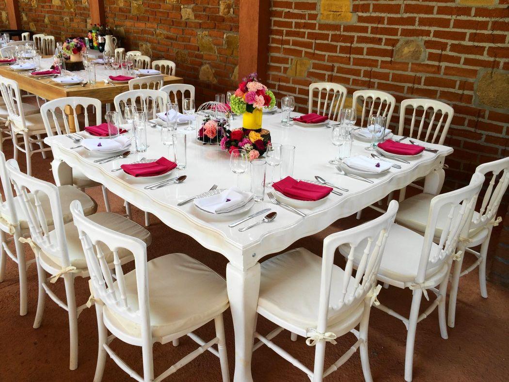 Mesa provenzal Blanca para 10 o 12 personas con sillas Versalles color Blanca.