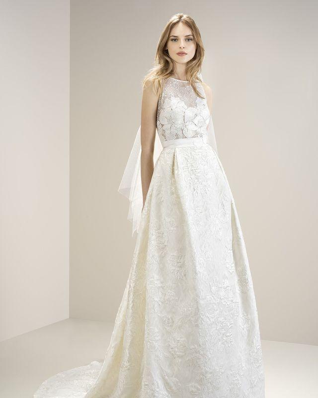 Дизайнерское свадебное платье А-силуэта, с объемными флористическими мотивами из благородной порчи цвета айвори.