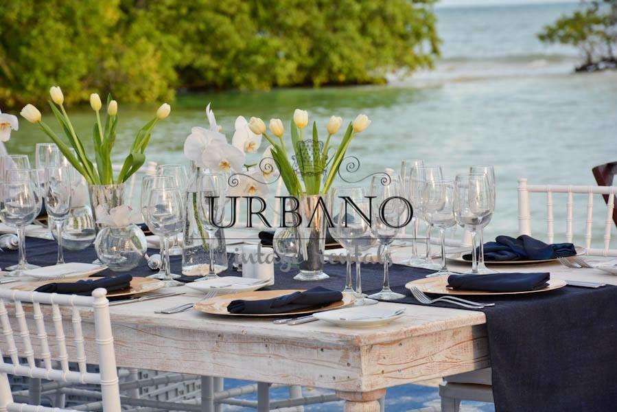 Mesas vintage de madera combinadas con caminos de mesa azul marino de lino hindú.