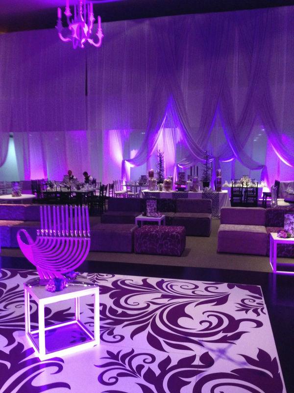 Pista de Baile, Encortinado y salas Mix & Match, Mesas perdigueras rectangulares y redondas en laca negra y bancos metalicos periqueros, mesa de cristal blanco junto con iluminacion