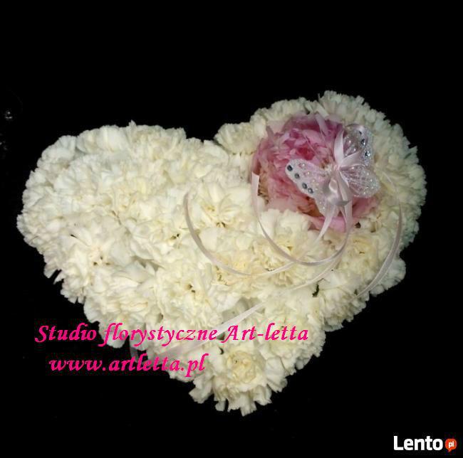 poduszeczka na obrączki w kształcie serca z goździków i piwoni