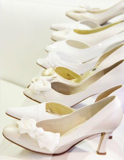 Beispiel: Große Auswahl an Brautschuhen, Foto: Schuh Hiegl.