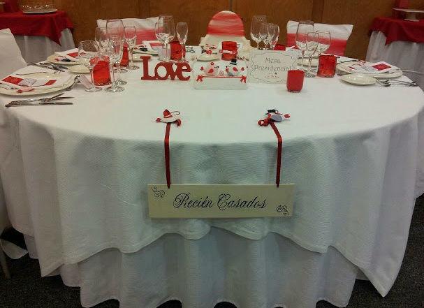 Decoraciones de mesa presidencial con temática elegida por los novios.