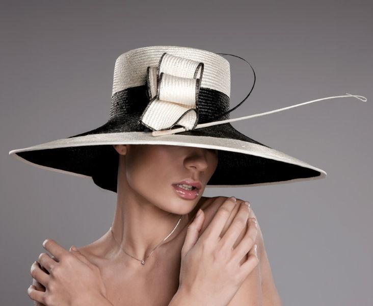 Pamela novia fabricada en parasisal. Talla 56. Este material es uno de los mas nobles utilizado en la industria sombrerera. Una pamela muy elegante y con mucha clase.