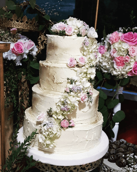 Torta decorada con Buttercream y flores  naturales