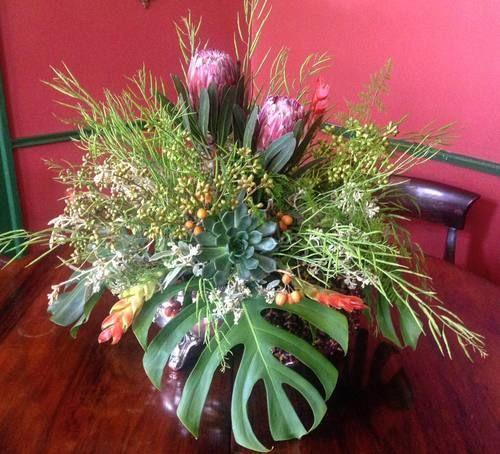 Arranjo tropical com flores exóticas, sementes e suculentas