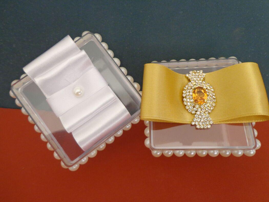 Caixa em acrílico decorada em pérolas e laço