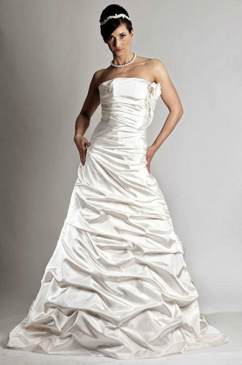 Beispiel: Hochzeitskleider, Foto: Saray Brautmoden.