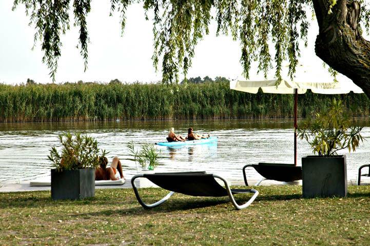 Beispiel: Umgebung - Seeufer, Foto: Hoteldorf Seepark Weiden.